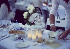 I like the concept Lights beneath a serving plate. French Picnic, White Table Settings, Pop Up Dinner, Le Diner, Food Festival, Food Cravings, International Recipes, Party Planning, Appetizers