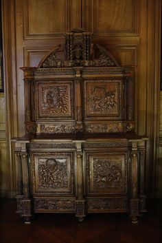 This antechamber was created in the 19th century, when the former guard room was split. It was decorated in a neo-Louis XIII style wih a carton-pierre ceilng and hangings in imitation Cordoue leather. The second empire furnishings follow this decorative trend