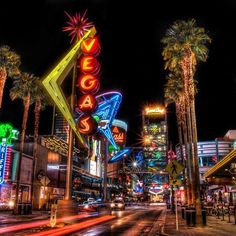 Las Vegas la nuit.... #DowntownVegas #Lights #Tuesday (Crédit photo : El Cortez Hotel & Casino - Las Vegas)