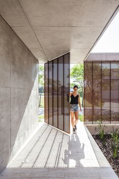 Image 11 of 18 from gallery of Albanueva House / Ezequiel Amado Cattaneo. Photograph by Alejandro Peral House Gate Design, Door Design, Exterior Design, Tropical Architecture, Architecture Details, Metal Facade, Modern Barn, Facade House, House Styles