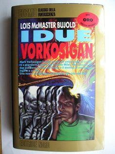 """Il romanzo """"I due Vorkosigan"""" (""""Mirror Dance"""") di Lois McMaster Bujold è stato pubblicato per la prima volta nel 1994. Fa parte della saga dei Vorkosigan. Ha vinto il Premio Hugo e il Premio Locus come miglior romanzo di fantascienza dell'anno. In Italia è stato pubblicato dall'Editrice Nord nel n. 146 di """"Cosmo Oro"""" e da Mondadori nel n. 108 di """"Urania Collezione"""". Immagine di copertina di Barclay Show per l'edizione """"Cosmo Oro"""". Clicca per leggere una recensione di questo libro!"""