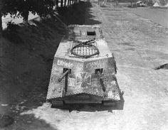 Heckansicht des A7V mit den zwei schweren MG 7,9 mm. Insgesamt war er mit sechs dieser MG ausgerüstet, zwei vorne und vier im Heck, davon zwei seitlich.