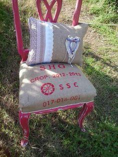Silla reciclada, pintada en color guinda y tapizada con saco antiguo.