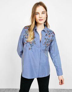Camisa às riscas flores bordadas. Descubra esta e muitas outras roupas na Bershka com novos artigos cada semana