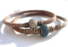 *Wundervoll elegantes, unaufdringliches Armband-Set aus taupefarbenem Nappaleder in Echsenoptik. Mit  mattgoldenen Elementen aus Messing und  strah...