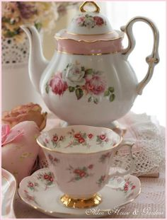 Beautiful Shabby Chic Tea Set Ideas For Vintage Kitchen Decoration Shabby, Decoration Crafts, Teapots And Cups, Best Tea, My Cup Of Tea, Chocolate Pots, Tea Cup Saucer, Tea Time, House Gardens