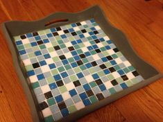 So my sister moved earlier this summer to a new apartment, and had to downsize a little for her new studio. With this, instead of eating in the living room, she found herself sometimes eating in be… Pebble Garden, Mosaic Garden, Mosaic Projects, Diy Projects, Mosaic Ideas, Mosaic Tray, News Studio, Do It Yourself Projects, Glass