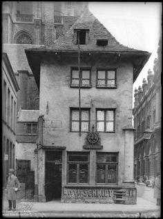 Café In Sint-Jacob op de hoek van de Sint-Jacobsmarkt en de Sint-Jacobsstraat was in de volksmond beter gekend als Bij Dulla. Op de achtergrond zie je nog de toren van de Sint-Jacobskerk-p
