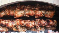 El pollo a la brasa no es un plato menor. Ni mucho menos. Una cosa es que sea un emblema de la cocina popular y otra muy diferente que no exija esfuerzo, cuidado y dedicación. Por muy bajo que sea el precio, el pollo a la brasa es el resultado de un ejercicio de precisión que resulta del equilibrio entre condimentos, tiempos y temperaturas. Todo o casi todo influye en el resultado final: la calidad del pollo, la naturaleza del adobo, el origen de la fuente de calor, la temperat...