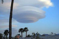 """Una enorme nube lenticular en Palm Springs. """"Sólo nubes con nubes, siempre nubes más allá de otras nubes semejantes, sin palabras, sin voces, sin decir, sin saber; últimas soledades que no aguardan mañana."""" Luis Cernuda"""