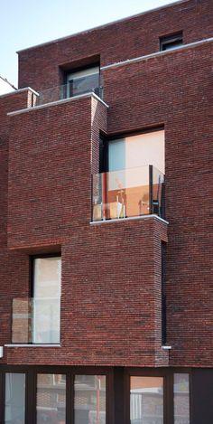 Appartementen in Brussel (Ermans & Vokaer Architectes, Ukkel). Deze architecten zochten lang naar de ideale gevelsteen om de afwisselende massieve en opengewerkte vlakken te accentueren en het gebouw optimaal in de stadsomgeving te laten opgaan. De keuze ging naar de Blauw-Rood Genuanceerde Terca gevelsteen. En de karaktersteen drukt duidelijk zijn stempel op het straatzicht: hij laat de façade eruitspringen, als een hedendaags beeldhouwwerk. De dunne voegen versterken dat effect.