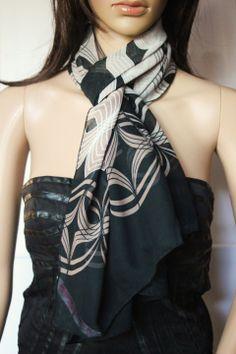 Foulard en mousseline crêpe noir et beige imprimé motifs tendance : Echarpe, foulard, cravate par emmafashionstyle