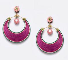 Pendiente flamenca del diseñador Enrique de la Flor en color buganvilla y en forma de aro con detalles en verde hierba y piedra facetada en rosa palo.