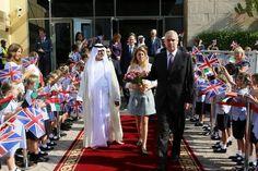 Beatrice e o pai visitam escolas em Abu Dhabi