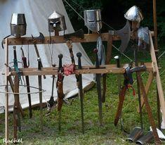 Un bel après-midi à la fête médiévale de Rodemack (Moselle) – Visite en photos Viking Tent, Viking Camp, Medieval Town, Medieval Fantasy, Bel Après Midi, Vikings, Viking Party, Weapon Storage, Viking Sword