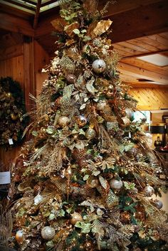 country christmas tree - The two most traditional styles of christmas tree dcor are Country and Victorian. The Victorian style of christmas tree dcor is definitely more expe. Country Christmas Trees, Elegant Christmas Trees, Gold Christmas Tree, Woodland Christmas, Christmas Tree Themes, Rustic Christmas, Christmas Tree Ornaments, Christmas Holidays, Christmas Chandelier Decor