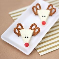 "Christmas Appetizer Idea from ""Cute Food for Kids"": Cheese Reindeers. Here, a fun and super easy appetizer idea for the Christmas party. This cheese reindeer is made from Laughing Cow cheese wedge, pretzels, olive and red pepper. Holiday Snacks, Christmas Party Food, Xmas Food, Christmas Appetizers, Christmas Goodies, Christmas Treats, Kids Christmas, Holiday Recipes, Christmas Cheese"