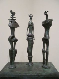 Henry Moore - Three Standing Figures, Bronze and patina, 28 inches cm) high. Peggy Guggenheim, Maya Art, Henry Moore Sculptures, Modernisme, African Sculptures, Art Sculpture, Metal Sculptures, Art Plastique, Contemporary Art