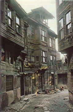 1970'li yıllardan eski bir İstanbul sokağı ve ahşap evleri...