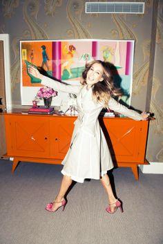 Sarah Jessica Parker, zapatos y un aparador naranja · Sara Jessica parker, shoes and an orange credenza