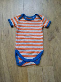 De liefste babykleertjes voor jongetjes: grijs oranje gestreept rompertje met blauwe afwerking.