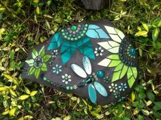 Website full of Dragonfly Art that I can get inspiration from. Mosaic Rocks, Mosaic Stepping Stones, Pebble Mosaic, Stone Mosaic, Pebble Art, Mosaic Glass, Glass Art, Rock Mosaic, Mosaic Crafts