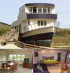 Waitanic Ship Motel (Otorohanga, Nueva Zelanda)   Aunque cualquier alusión al Titanic podría hacer más daño que bien, al tratar de inspirar confianza en la seguridad y la estabilidad de la embarcación, vamos a dejar que te deslices por el Waitanic, que es mucho más seguro ya que no tiene acceso al mar. Construido en 1942, el hotel consigue realmente muy buenas críticas para ser un viejo barco situado en un prado en mitad de la nada.