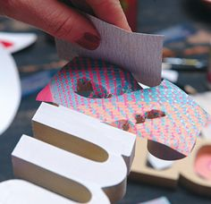 """Cortar los bordes. Cuando el papel se pega a la superficie, es el momento de cortar los excedentes: """"Lo mejor es sacarlo con lija por una  cuestión de prolijidad, pero se puede hacer con una tijera, o incluso a mano"""", confiesa Resta. Lo más importante es que no queden restos de papel que puedan saltarse, despegarse o darle un aspecto desprolijo al objeto terminado."""
