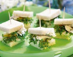 Minikanapki z gruszką i niebieskim serem