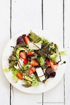 Tämä salaatti on vuodesta toiseen kesän suosikkisalaattini. Jouduin tarkistamaan, että enkö todella ole julkaissut tätä ohjetta jo. Olin varma, että olisin. Näi