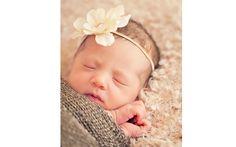 Uma flor semelhante à real, branca, fica bonito para bebês. Foto: Pinterest/Iliasis Muniz photography