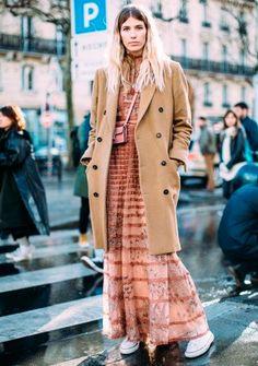 Veronika Heillbrunner usa vestido boho com maxi casaco camelo.