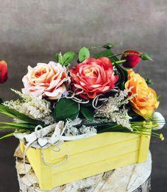 Cassetta shabby #cassettashabby #cassetta #giallo #yellow #legno #shabby #shabbychic #floraldesign #flowers #tulipani #naturaltouch #muschio #rosainglese #rose  #fioriartificiali   #design #arredamento #lafleuriste #lafleuristechic