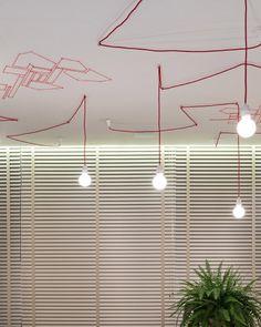 Você já deve ter visto a tendência das lâmpadas aparentes por aí. O que nunca viu é uma instalação tão interessante quanto a feita pela artista plástica Gabriela Andrade no projeto de Juliana Santana. As luminárias usadas são o modelo NUD, da La Lampe. #lalampe #iluminação #design #projetodeiluminação #luminaria #pendente