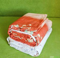 Mehr Ordnung im Schrank und alles schnell zur Hand: Mit diesem Trick stapelst du Bettwäsche elegant.