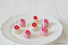 Na vidličku: Cake pops: dortová lízátka s bílou čokoládou a vanilkou Cake Pops, Desserts, Cupcakes, Bar, Food, Tailgate Desserts, Deserts, Cupcake Cakes, Essen