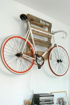 Amazing space-saving bike storage ideas your garage for small room and apartments. These indoor bike storage solutions are for pedal pushers who can't part with their bike. Indoor Bike Storage, Bicycle Storage, Wooden Pallet Projects, Wooden Pallets, Fixi Bike, Road Bike, Bike Garage, Bike Racks For Garage, Rack Velo