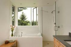 une petite baignoire blanche dans la salle de bains