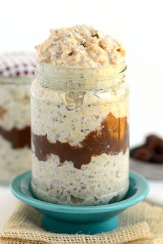 Try this overnight oat recipe to get a HEALTHY vari… Love Moose Tracks Ice Cream? Try this overnight oat recipe to get a HEALTHY variation including a vanilla base with a fudge swirl and cookie dough pieces. Fudge, Breakfast Dishes, Healthy Breakfast Recipes, Breakfast Smoothies, Healthy Breakfasts, Figs Breakfast, Mexican Breakfast, Breakfast Sandwiches, Breakfast Pizza