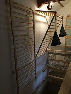 Ikea hack. Ledikantje van Ikea met vleugelmoeren de hoeken aan elkaar gemaakt. Steunt op een lat op de muur. Super wasrek!