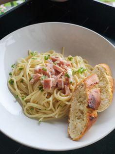Pasterett med skinke! Baguette, Parmesan, Spaghetti, Ethnic Recipes, Food, Essen, Meals, Yemek, Noodle