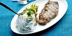 Lihat:1. Ota lihat noin tuntia aikaisemmin huoneenlämpöön.2. Hiero rapsiöljy, yrtit ja mausteet pihvien pintaan.3. Grillaa yhtä puolta pihvistä pari kolme minuuttia. Anna lihojen vetäytyä tämän jälkeen hetken. Grillaa lihojen pinnat lämpimiksi vielä nopeasti ennen tarjoilua.VINKKI:Laadukas ja hyvin paistettu pihvi ei usein kastiketta kaipaa, mutta halutessasi voit viimeistellä pihvin Grillimaisteri maustevoilla.Perunat: 1. Kääräise potut folioon ja aseta ne grilliin. Grillaa…