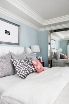 Soft Blue Wall Decorating and White Bedding Furniture Sets in Eclectic Bedroom Design Ideas - Apartment Home Interior Design Ideas Magazine Master Bedroom, Bedroom Decor, Bedroom Ideas, Bedroom Ceiling, Bedroom Colors, Bedroom Designs, Bedroom Wall, Clean Bedroom, Bedroom Lighting