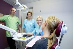 Arbetsglädje. Tandläkaren Patrik Andrén, tandsköterskan Birgitta Frend Lindberg och tandläkaren Anna Andrén stortrivs med jobbet och varandra. Foto: Per G Norén