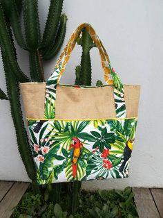 Summer Bag Tutorial sewn by Steph Sacs Tote Bags, Diy Tote Bag, Jute Tote Bags, Craft Bags, Summer Bags, Summer Time, Bag Patterns To Sew, Mini Handbags, Denim Bag