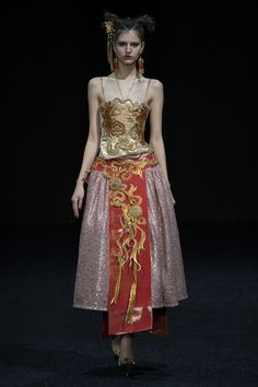 Guo Pei Spring 2019 Couture Fashion Show Collection: See the complete Guo Pei Spring 2019 Couture collection. Look 2 Weird Fashion, Look Fashion, Fashion Art, Fashion Outfits, Fashion Clothes, High Fashion, Couture Mode, Couture Fashion, Runway Fashion