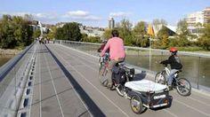 Pai e filhos andam de bicicleta em Nantes, na França