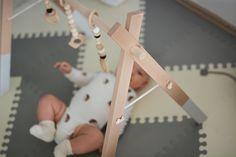 Drewniany baby gym. Prosty w kolorystyce pomaga się skupić, wysoki starcza na dłużej. Oryginalny design od 350 zł, chałupniczo na OLX od 140 zł.