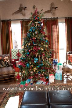 Gorgeous Christmas tree decorated using the Show Me Decorating recipe.  www.showmedecorating.com