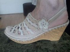 como tejer unas sandalias a mano Crochet Sandals, Crochet Boots, Diy Crochet, Crochet Shoes Pattern, Shoe Pattern, Crochet Flip Flops, Crochet Baby Shoes, Knitted Slippers, Flip Flop Shoes